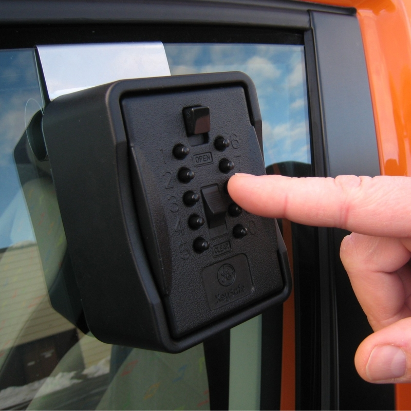 Nøkkelboks med kodelås for bilvindu eller vegg